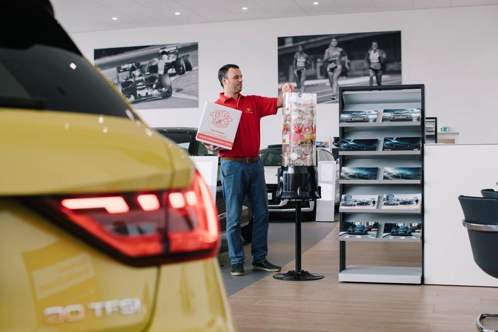 Tubz franchisenemer bij verkooptoren bezig met bijvullen